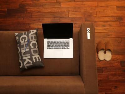 Лаптоп върху диван