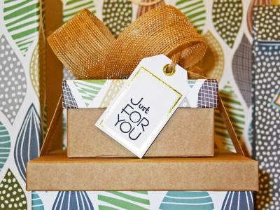 куп с красиво опаковани подаръци и надпис за теб